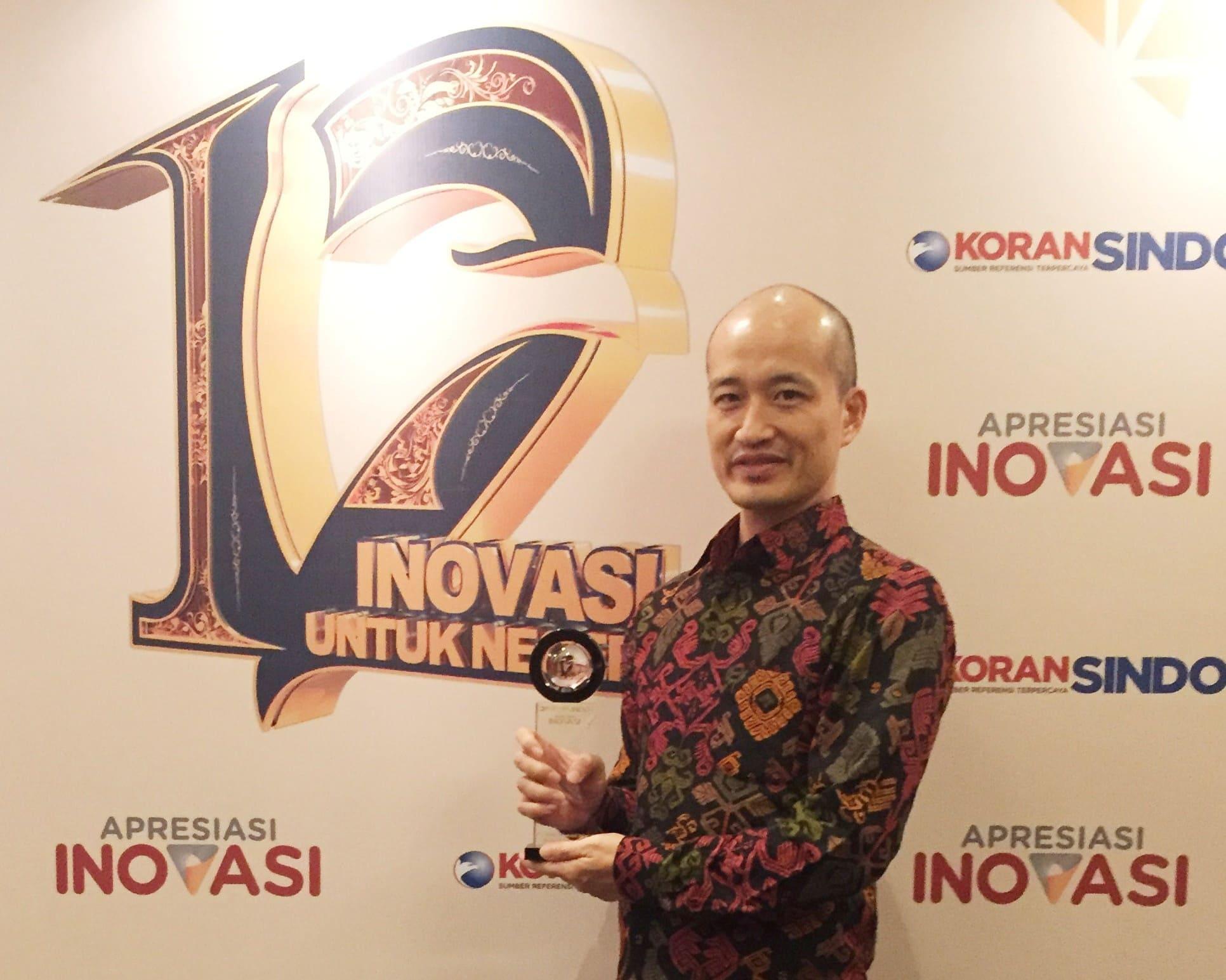 c2086-r.-uchiki-mewakili-manajemen-pt-sis-menerima-penghargaan-apresiasi-inovasi.jpg
